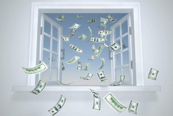 Ablakon kidobott pénz